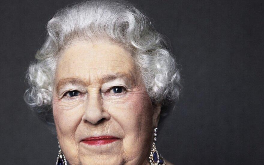 D. Britanijos karalienė Elizabeth II mini viešpatavimo safyrinį jubiliejų