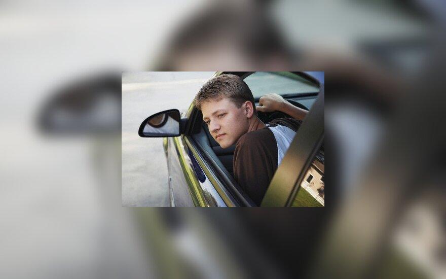 Parlamentaras siūlo prie vairo sėsti leisti tik pilnamečiams