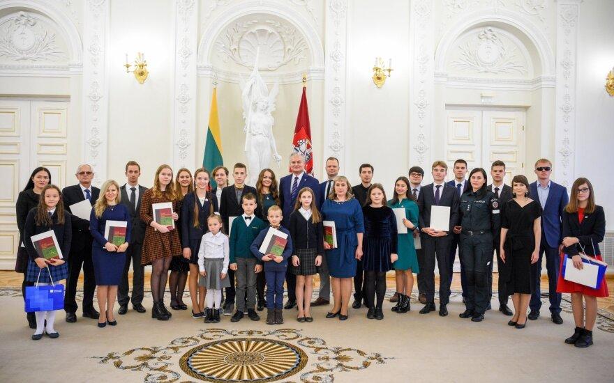 Nausėda apdovanojo Konstitucijos egzamino nugalėtojus