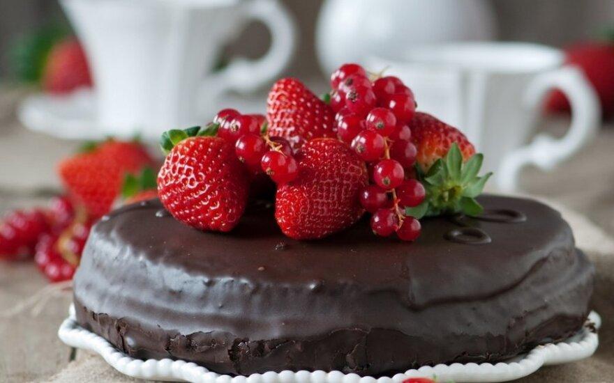 Šokoladinis pyragas su braškėmis
