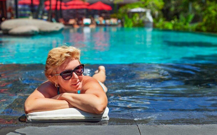 Patogiai poilsiauti galima pigiau: būdai sutaupyti per atostogas užsienyje