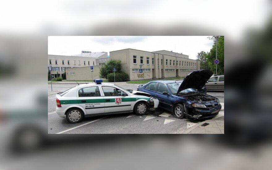 """""""Klevo lapas"""" sankryžoje tėškėsi į """"Audi"""", o paskui į policijos automobilį"""