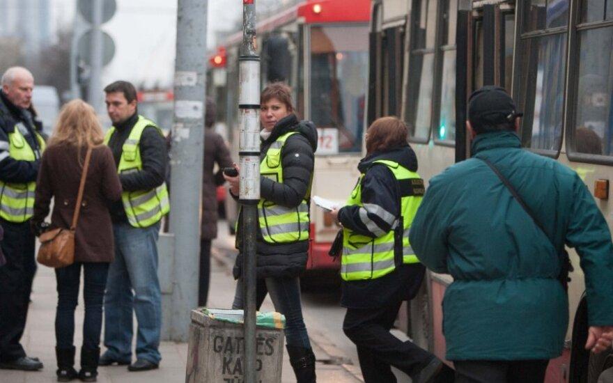 """""""Zuikiai"""" viešajame transporte: kokią taktiką naudoja kontrolieriai?"""