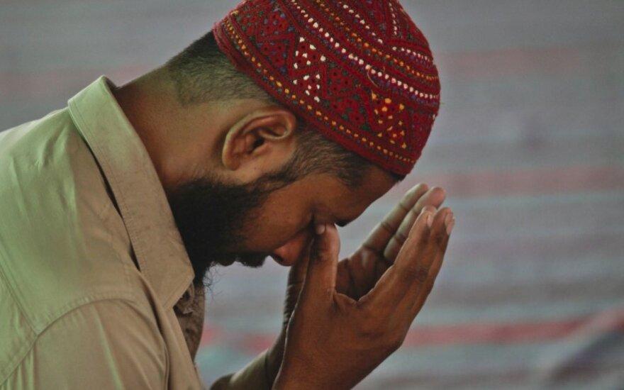 """""""Mintys kyla įvairios"""": kodėl musulmonai meldžiasi oro uoste?"""