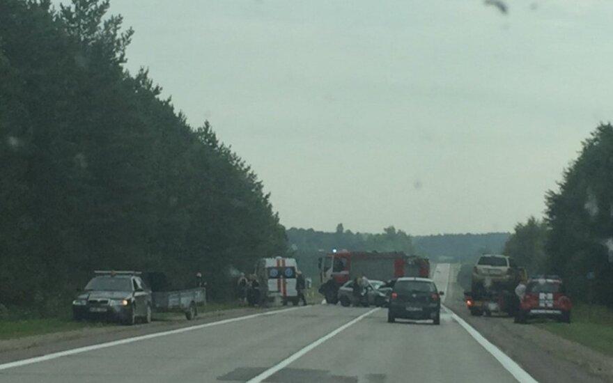 """Dviejų """"Audi"""" susidūrimas kelyje Vilnius-Utena, dirbo gelbėtojai ir medikai"""