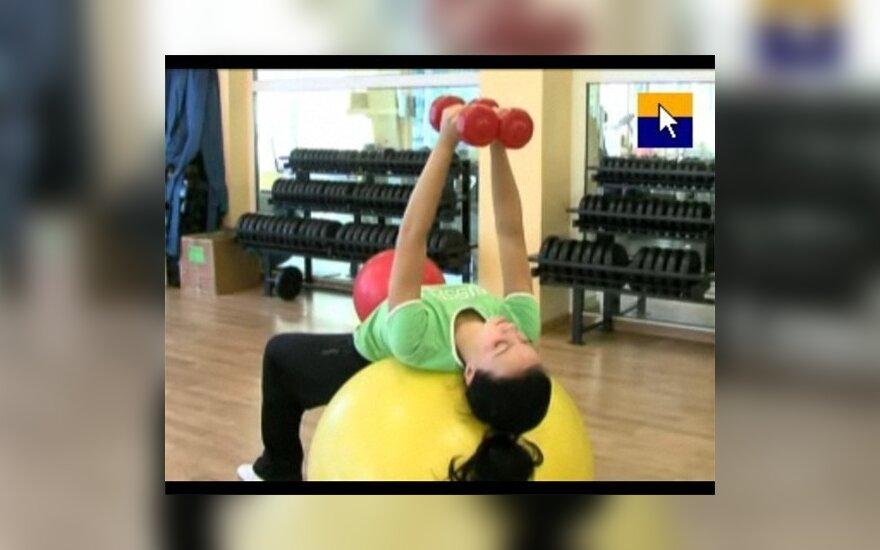 Mankštinkimės: pratimai krūtinės ir pečių raumenims