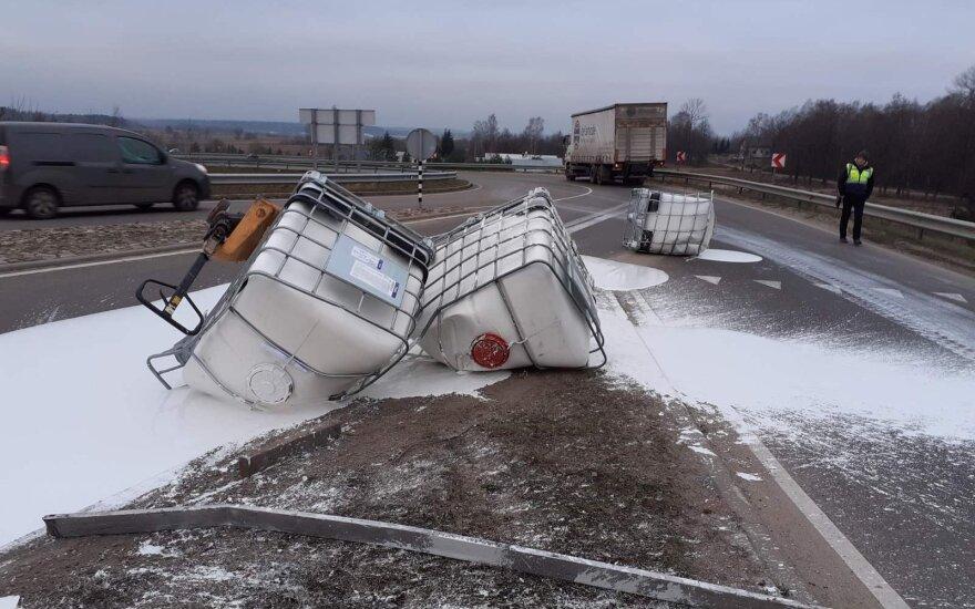 Vilniaus rajone vilkikas pametė krovinį – dažus: pranešama apie reguliuojamą eismą