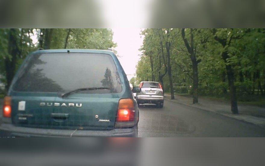 """Unikali vaizdo medžiaga: sekamo """"Subaru"""" valstybinis numeris paslaptingai užsidengė"""