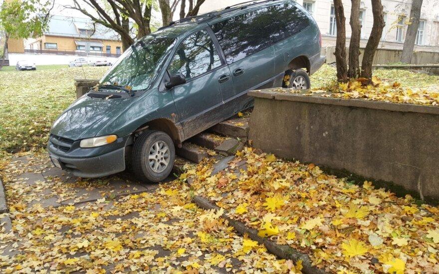 Įžūlumo viršūnė: automobilį pastatė ant laiptų