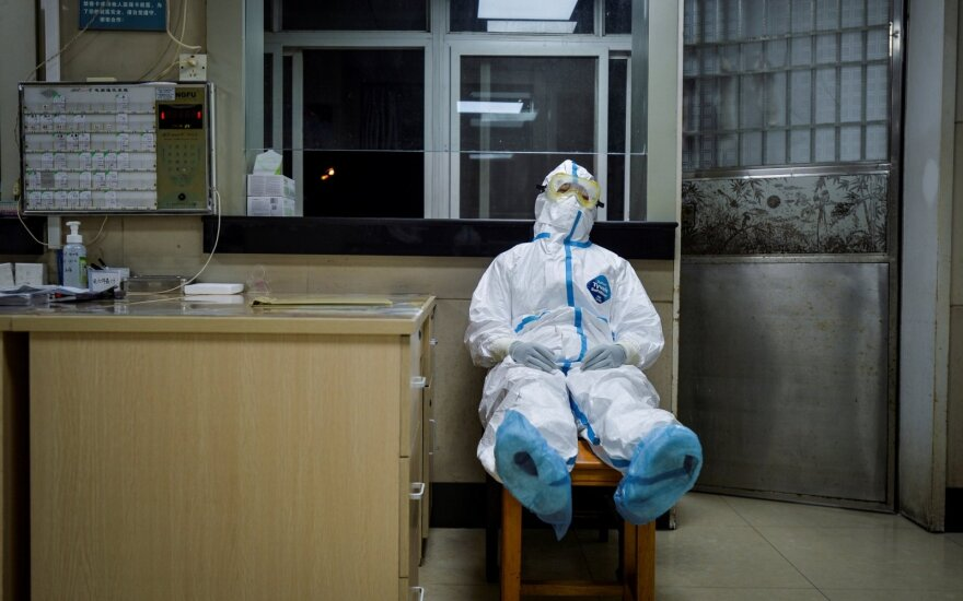 Koronavirusas šienauja ir medikus: užsikrėtusiųjų – beveik 2 tūkstančiai