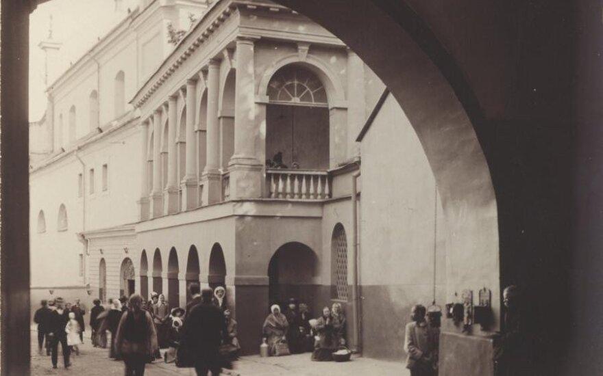 Aušros vartų arka. J. Bułhako nuotr., 1913 m. LDM.Pradėjus sklisti legendoms apie Aušros vartuose esantį stebuklingą Švč. Mergelės Marijos paveikslą, ši vieta tapo tikinčiųjų traukos centru. Pagal seną paprotį, žengiant per Aušros vartus, derėjo nusiimti