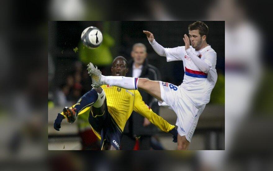 "Boukary Drame (""Sochaux"", kairėje) kovoja su Miralemu Pjaničiu (""Lyon"")"