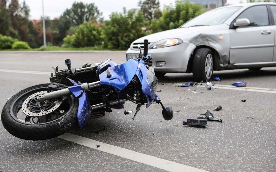 Dvigubos ištisinės linijos nepaisęs vairuotojas sužalojo motociklininką