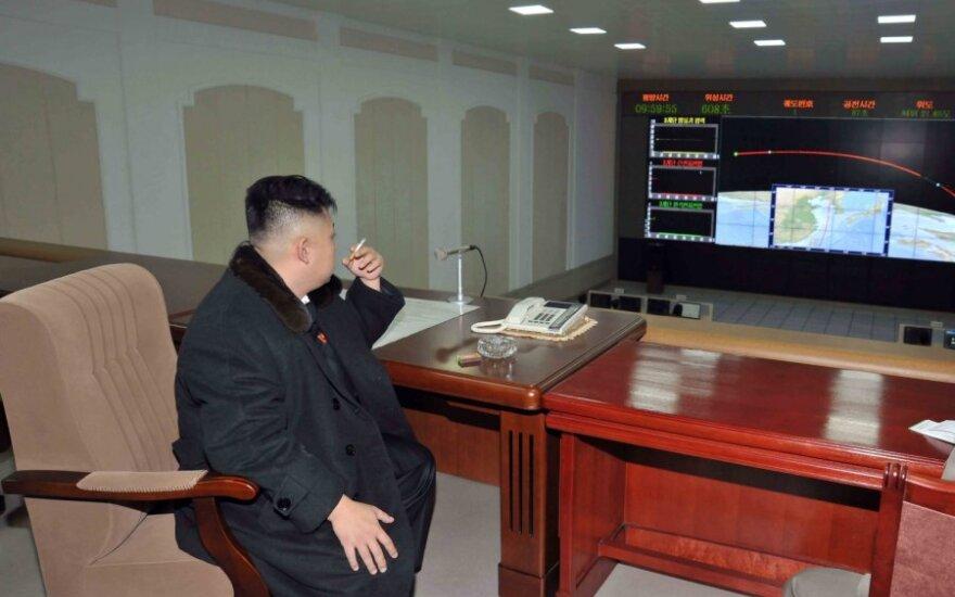 Kim Jong Unas (Kim Čen Unas) rūko Šiaurės Korėjai paleidus raketą