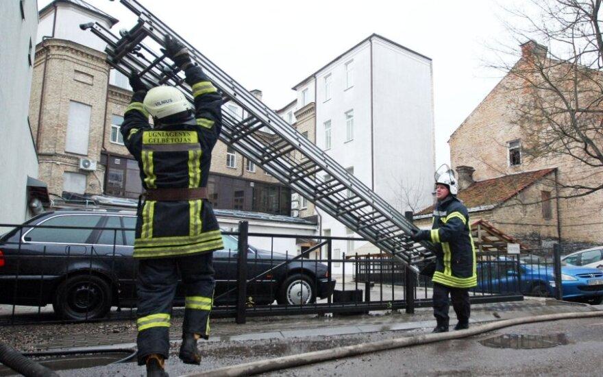 Kaune iš gaisro ugniagesiai išgelbėjo vaikščioti negalinčią moterį