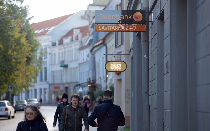 """""""Swedbank"""" keičia taisykles: savo pinigų taip lengvai nebegausite"""