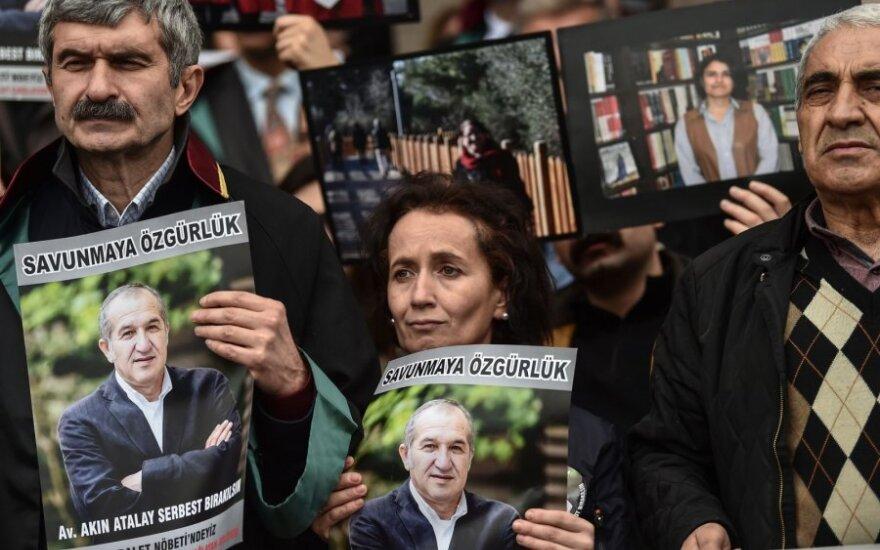 """Akcija """"Cumhuriyet"""" redaktoriui Akinui Atalayui palaikyti"""