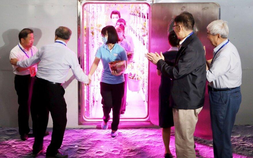 """Kinų savanorių grupė išeina iš virtualios """"Mėnulio laboratorijos"""""""
