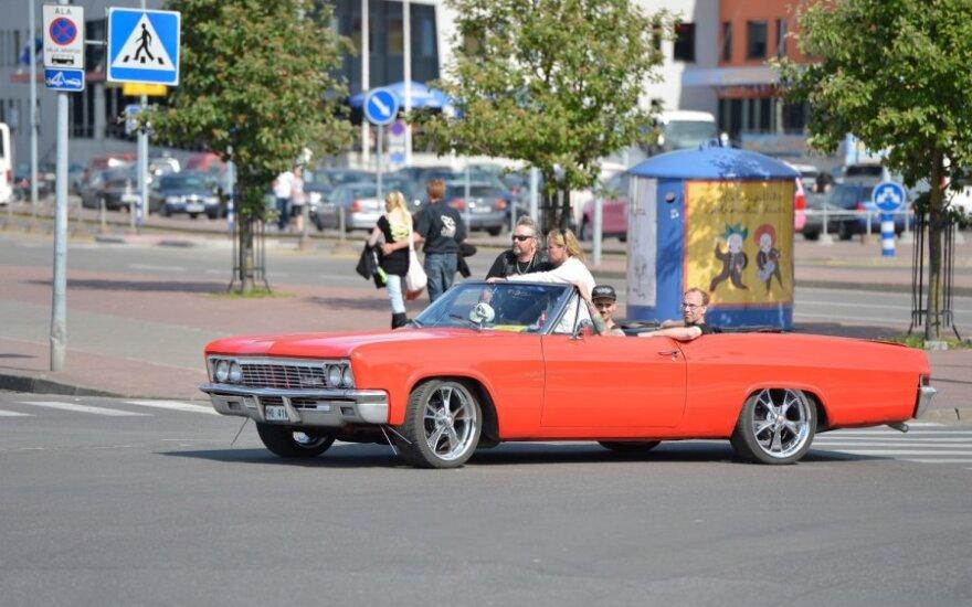 Klasikinių amerikietiškų automobilių paradas Taline