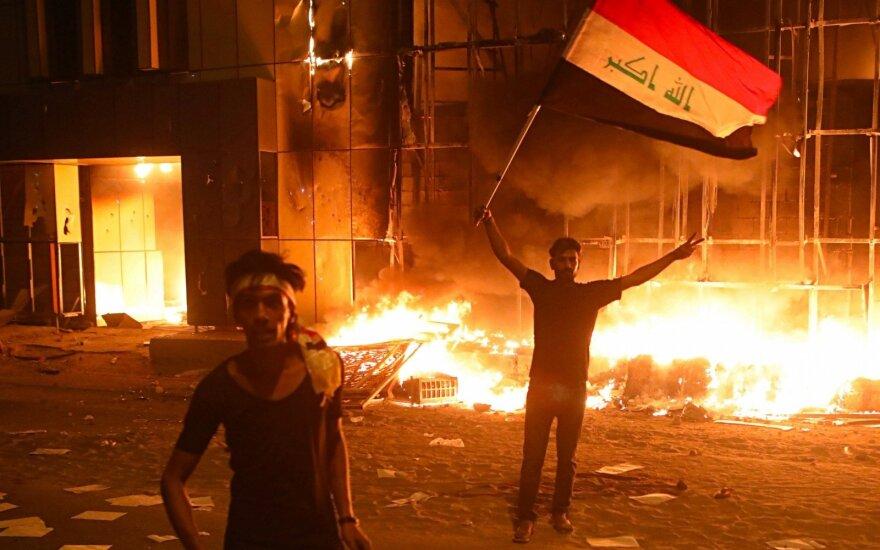 Protestuotojai Basroje sudegino valstybinį pastatą