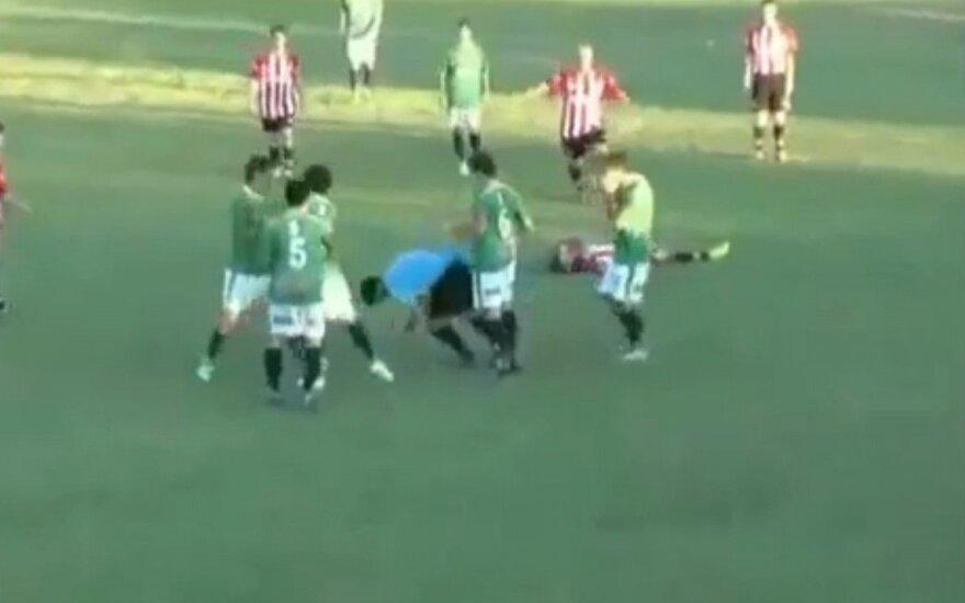 Žaidėjas užmuša teisėją futbolo aikštėje