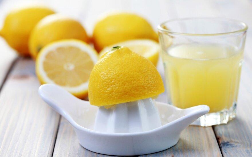 Penkios svarios priežastys, kodėl turėtumėte vandenį paskaninti citrina