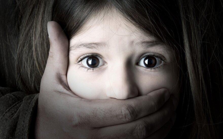 Australija planuoja uždrausti pedofilams keliauti į užsienį