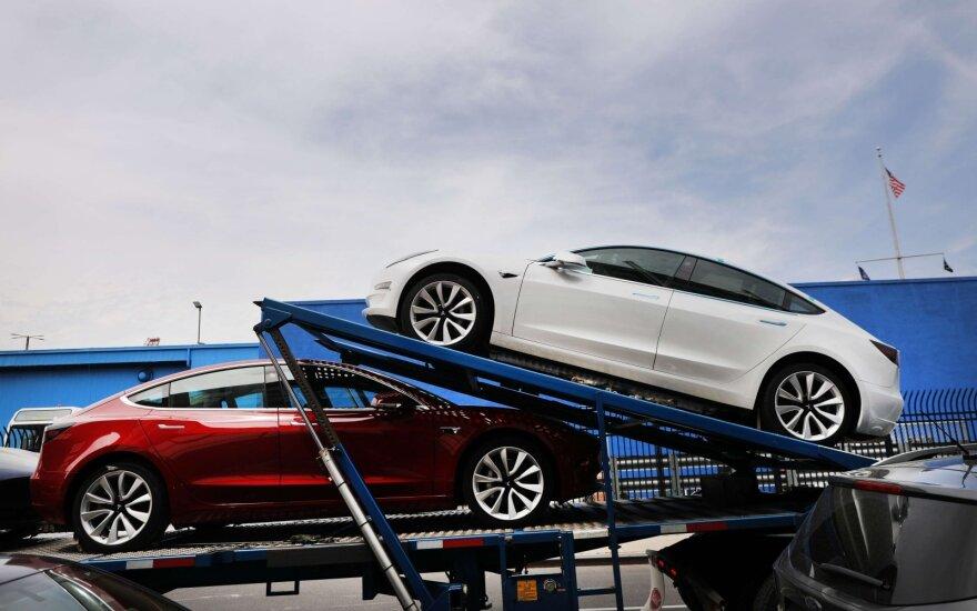 """Papasakojo, kaip žmonės perka """"Teslas"""": į salonus net neužsuka – užsisako mobiliaisiais telefonais"""
