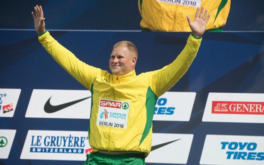 Andriui Gudžiui įteikiamas Europos čempionato aukso medalis