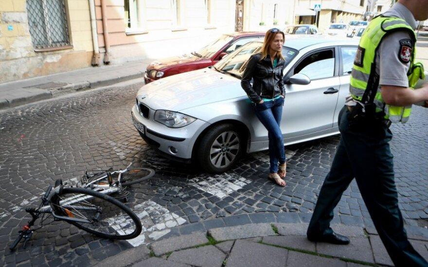 Dviratininkę Vilniaus senamiestyje partrenkė automobilis