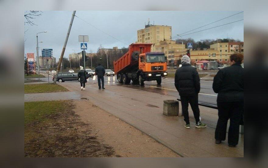 Ant laidų pakibusią sunkvežimio priekabą išvydę vilniečiai: troleibusų nelaukite
