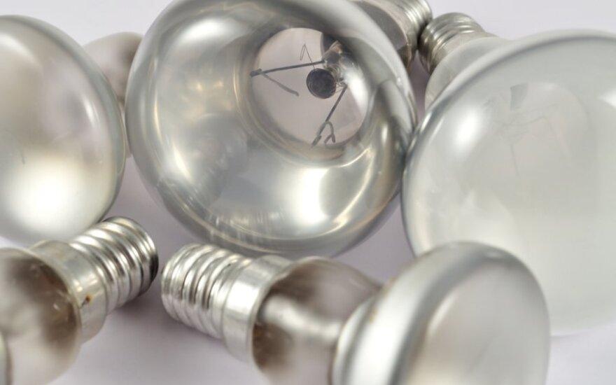 Lietuviai pamažu mokosi nemesti elektros lempučių į konteinerius