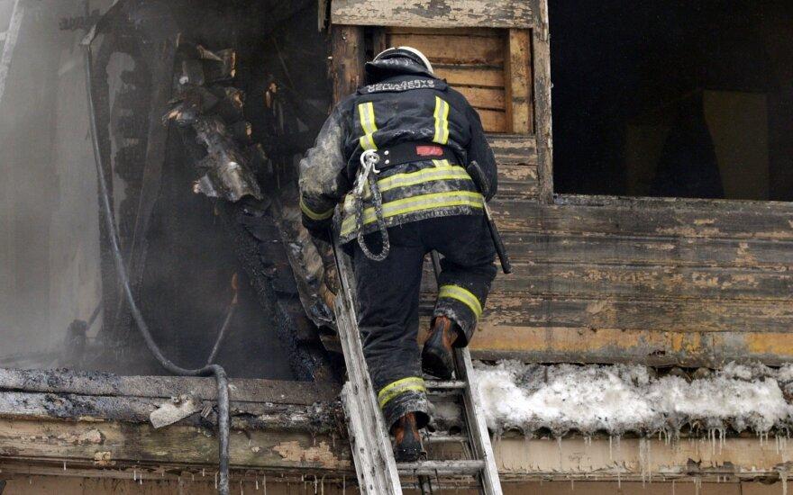 Lazdijų rajono ugniagesiams pranešta, kad degančiame name gali būti žmonių