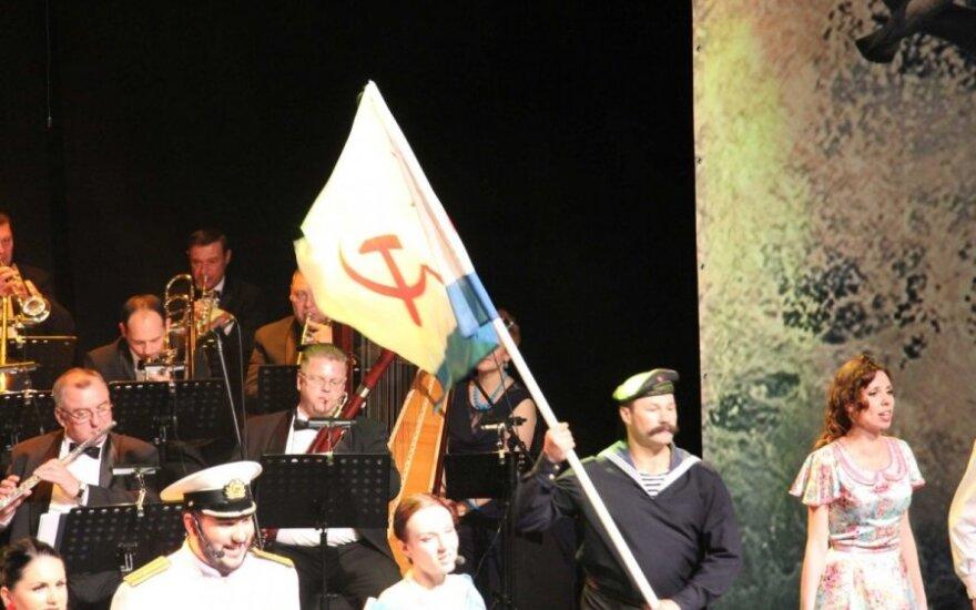 """Klaipėdoje """"Sevastopolio valso"""" artistai mojavo vėliava, papuošta pjautuvu ir žvaigžde"""