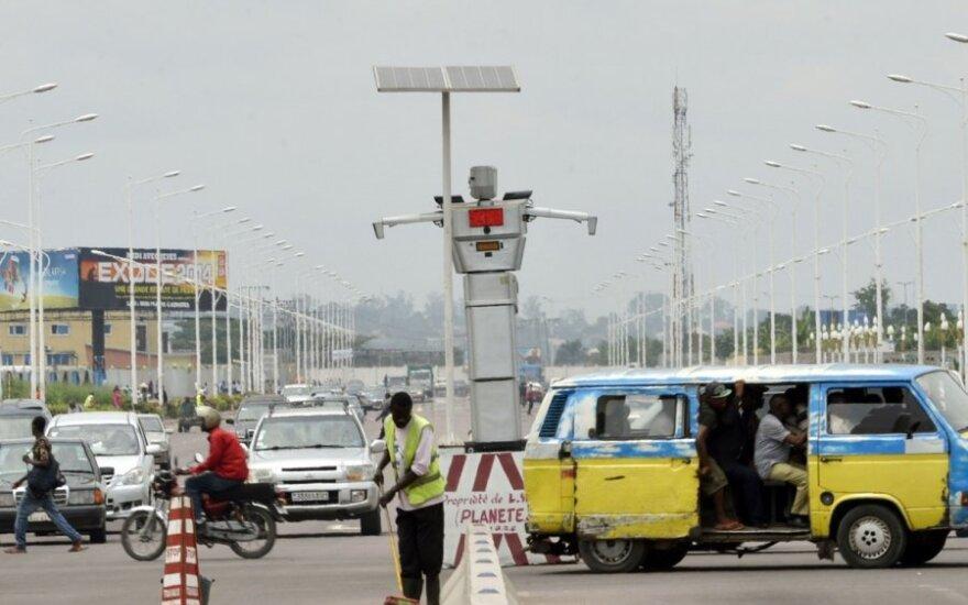 Kongo sostinėje eismą reguliuoja robotai milžinai
