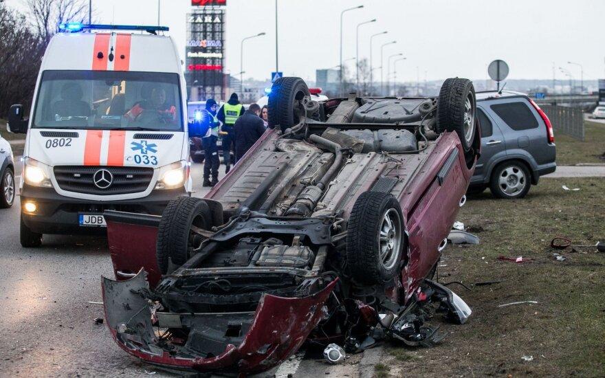 Didelė avarija sostinėje: automobilis apsivertė ant stogo, sužalotas žmogus