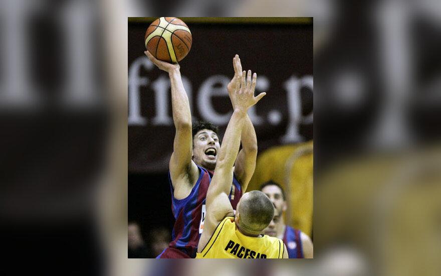 """Roko-Leni Ukičius (""""Barcelona"""") atakuoja per Tomą Pačėsą (""""Prokom Trefl"""")"""