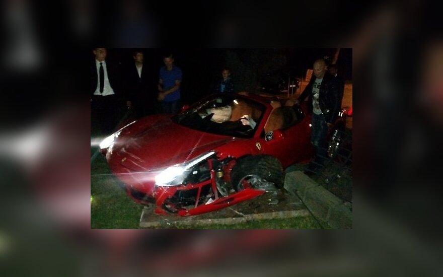 Jūrmaloje sudaužytas Ferrari 458 Italia superautomobilis