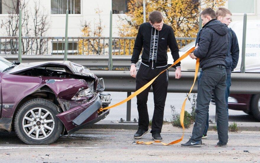 Avarija su negaliojančiu vairuotojo pažymėjimu gali kainuoti daugiau nei baudą