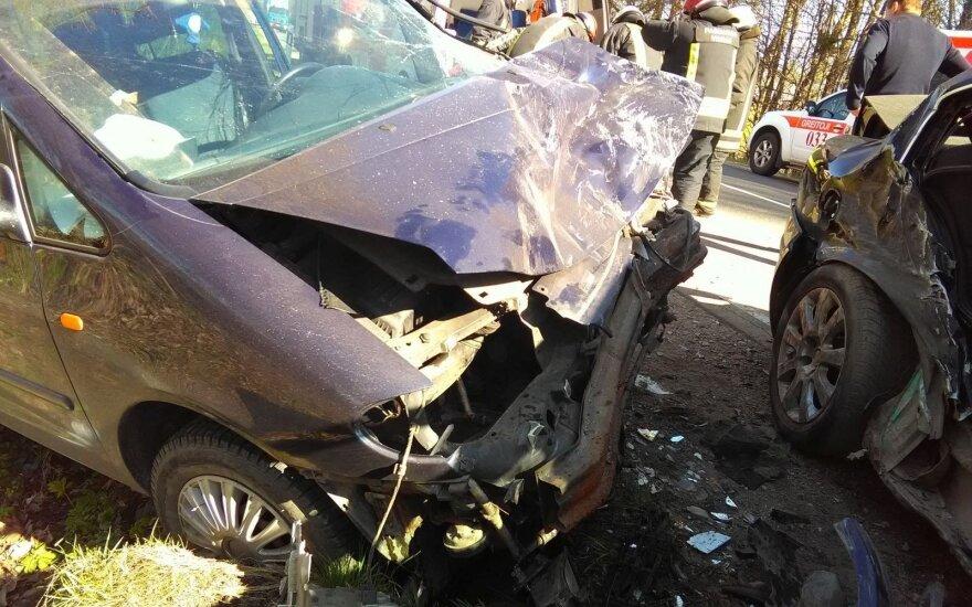 Avarijos kaltininkė atsipirko sumušimais, o kita vairuotoja ir jos brolis išvežti į klinikas