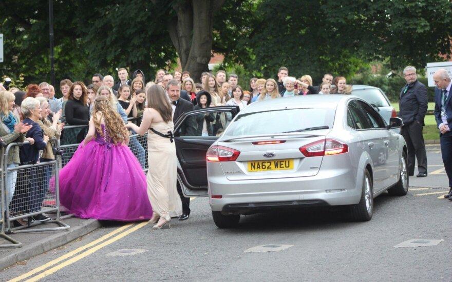 Emigrantės išleistuvėse Anglijoje: raudonas kilimas, prabangios suknelės, bet svarbiausia – automobilis