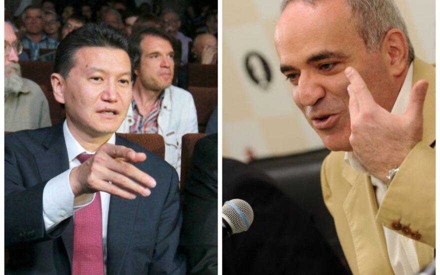 Kirsanas Iliumžinovas (kairėje) ir Garis Kasparovas