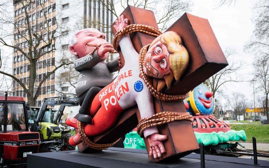 PiS lyderio Jaroslawo Kaczynskio parodija per karnavalą Lenkijoje