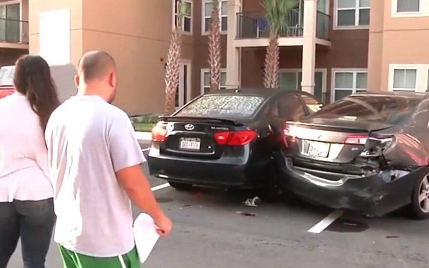 Girtas vairuotojas apdaužė 17 automobilių