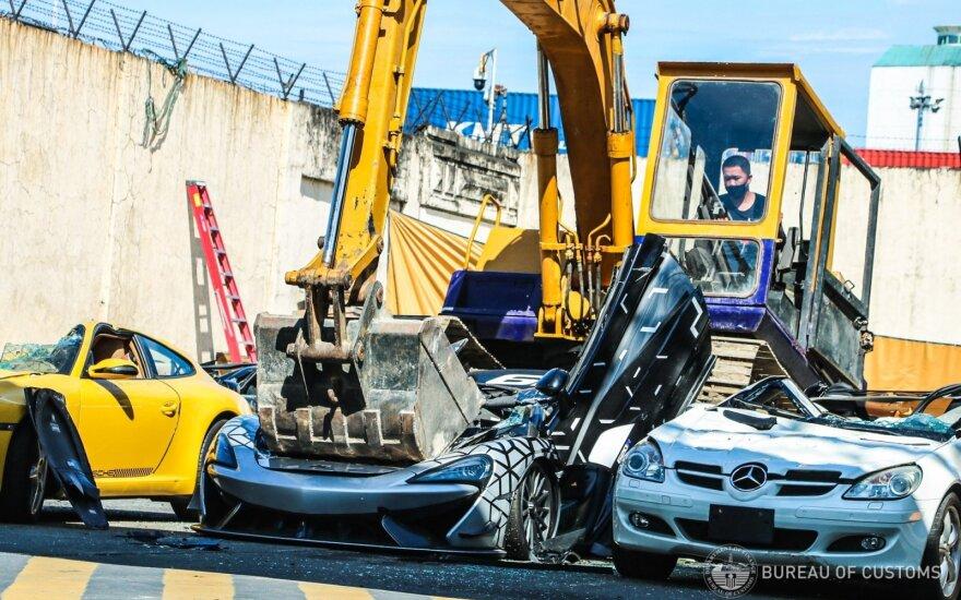 """Muitininkai sutraiškė vieną iš 350 """"McLaren 620R"""": taip pamokė nelegaliai superautomobilį atsivežusį savininką"""