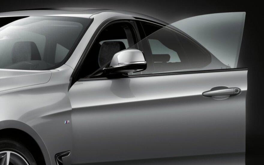 Akmenukas įskėlė šarvuoto BMW stiklą, žala – beveik 7 tūkst. eurų