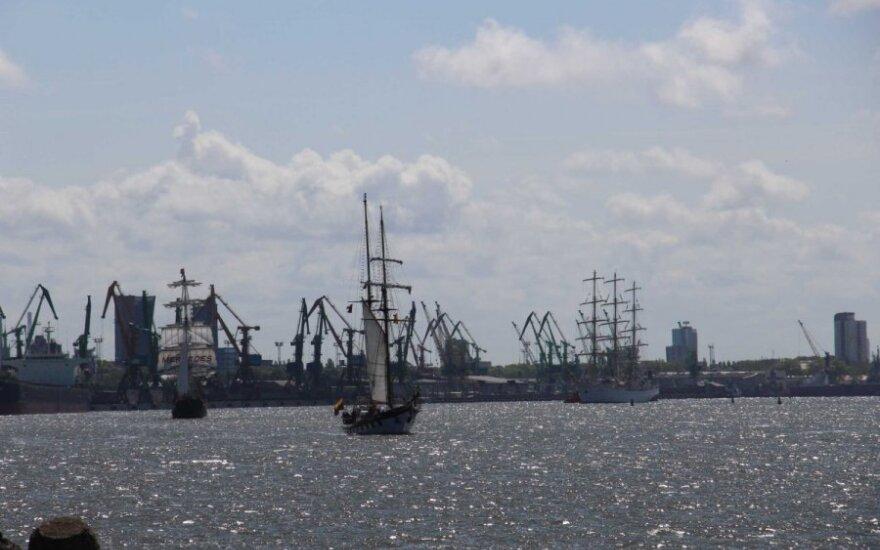 Su Klaipėdos uostu atsisveikinusių burlaivių vos neprarijo bangos
