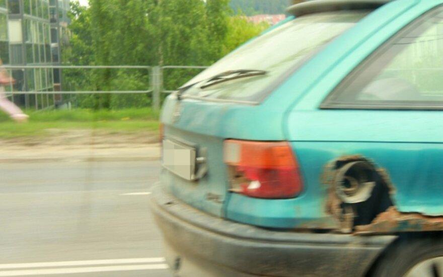 """""""Kiaurai"""" prarūdijęs """"Opelis"""" sėkmingai važinėja gatvėmis"""