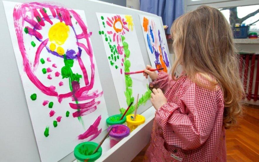 vaikas, mergaitė, piešimas, piešia, tapo, molbertas, dažai, būrelis, dailė