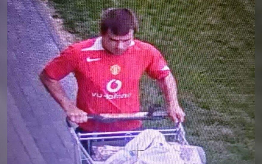 Iš prekybos tinklo parduotuvių vagys grobė pilnus vežimėlius brangių prekių